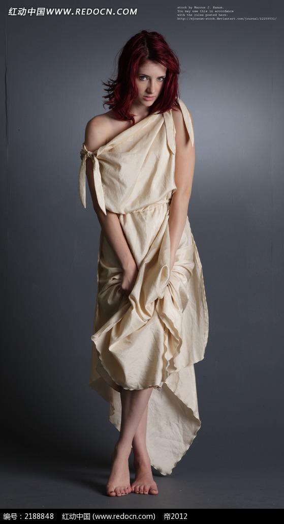 提着裙子赤脚的美女艺术写真jpg图片