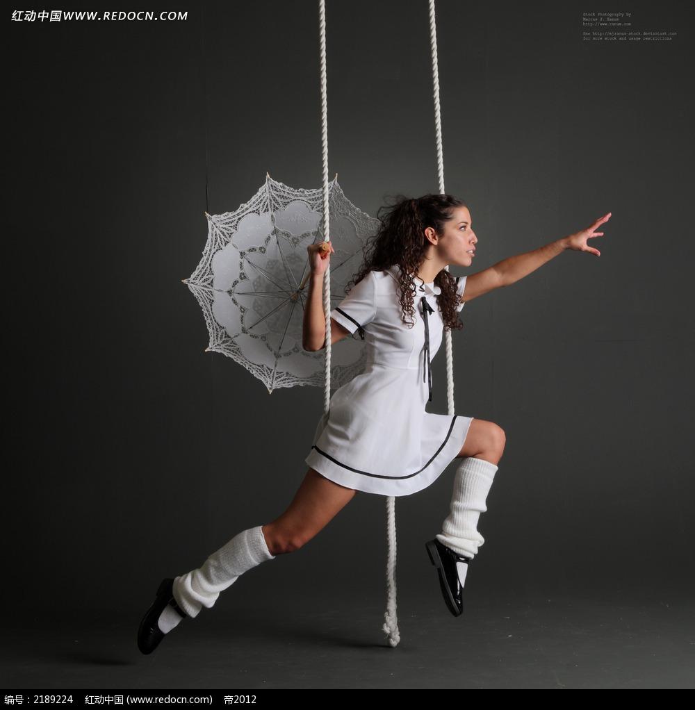 吊在绳子上打着伞的美女jpg图片