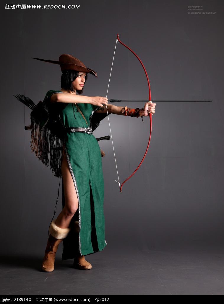 射弓的绿裙美女jpg图片