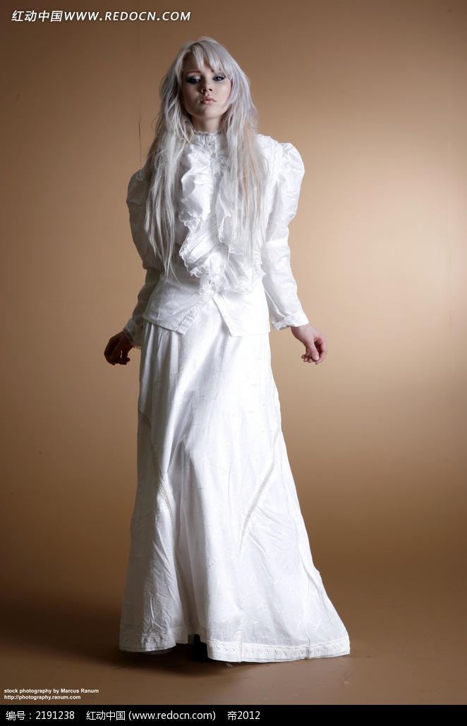 穿白裙的白发美女正面摄影图片jpg