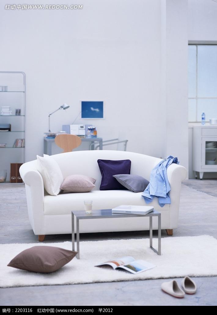 客厅里沙发上的抱枕衣服摄影照片图片