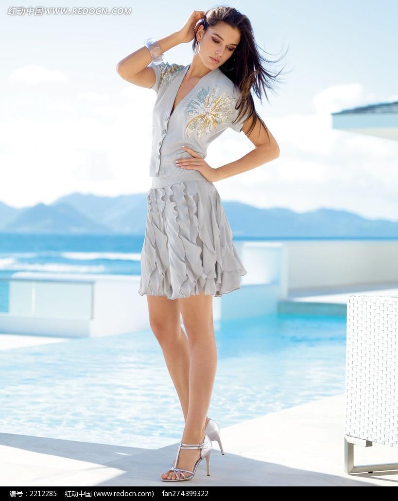 穿灰色连衣裙的外国美女图片