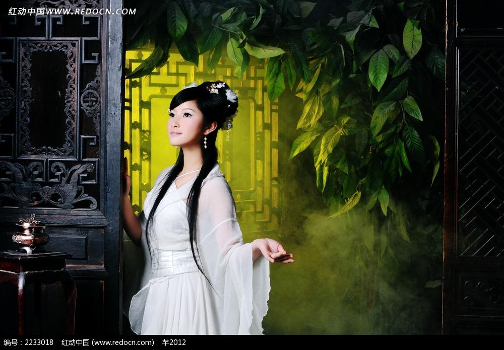 免费素材 图片素材 人物图片 新人情侣 靠门站立的古装美女写真照片