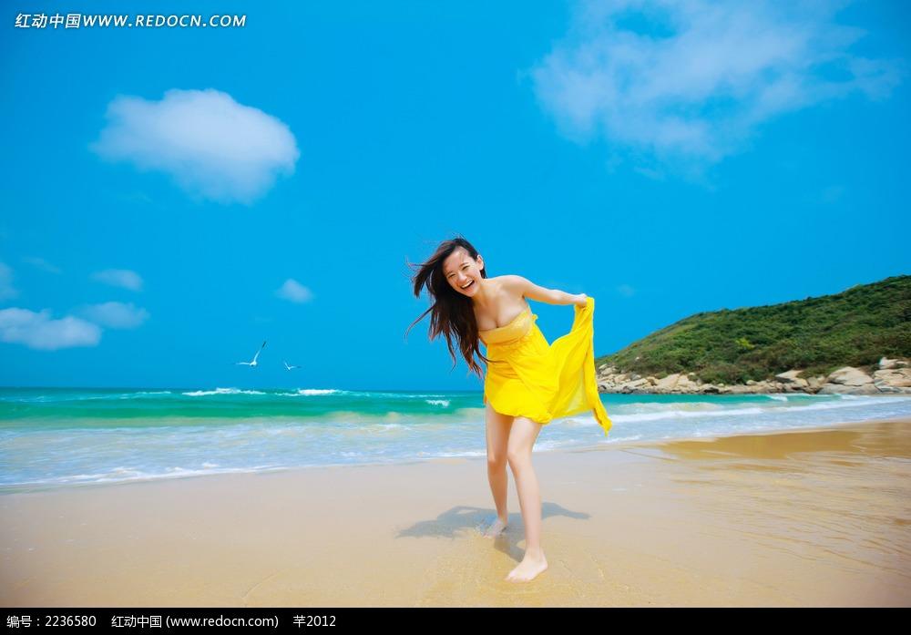 沙滩上开心的美女写真jpg图片