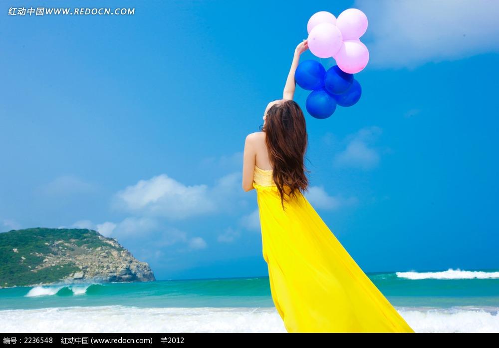 海边举着汽球的美女背影写真jpg图片