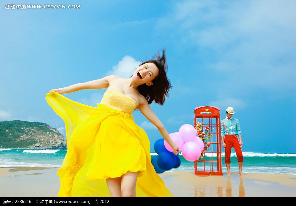 海滩上开心大笑的美女写真JPG图片 人物图片