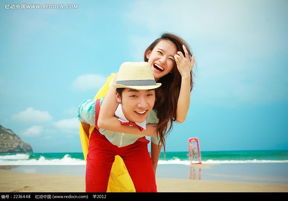 沙滩上背着美女的帅哥情侣写真jpg图片