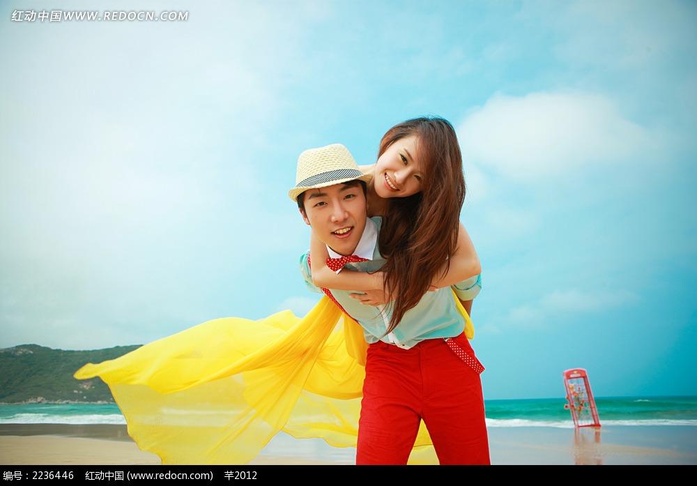 海边背着美女的帅哥情侣写真jpg图片