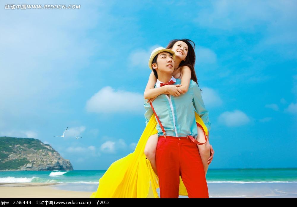 海边背着美女的帅哥情侣摄影jpg图片