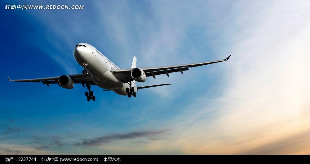 蓝天下的飞机