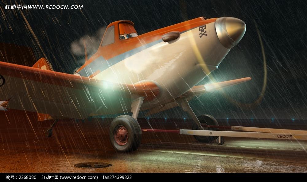 飞机总动员-雨中开灯前进的飞机图片
