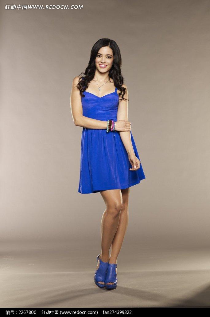 穿蓝色短裙的外国小美女图片