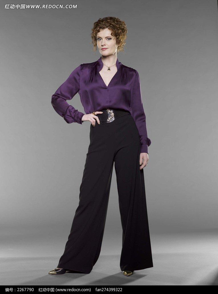 穿紫上衣黑裤子的外国美女图片