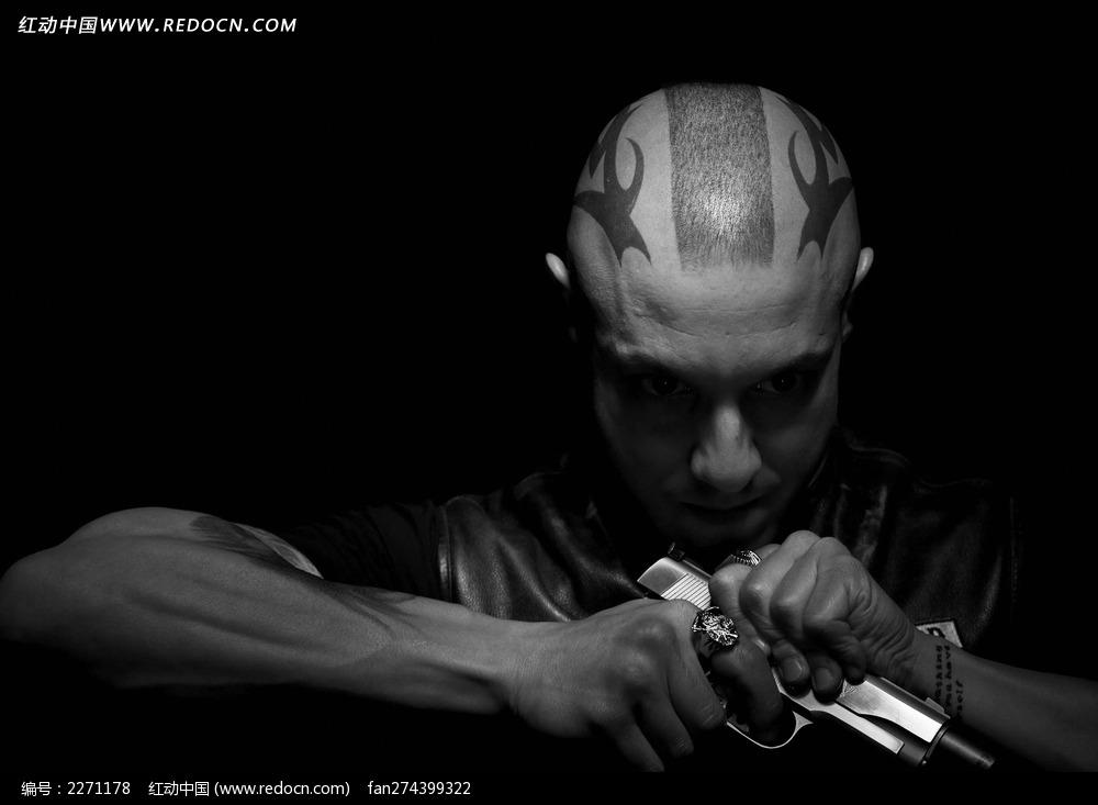 您当前访问素材主题是黑暗背景里低头拿枪的外国男人,编号是2271178图片