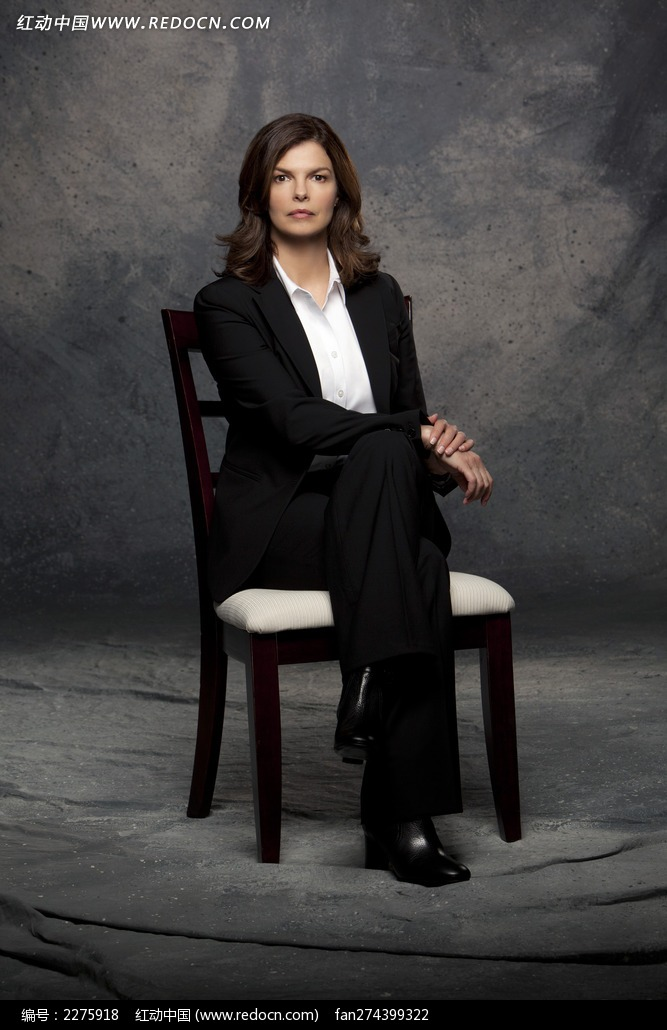 坐在椅子上的外国女人图片