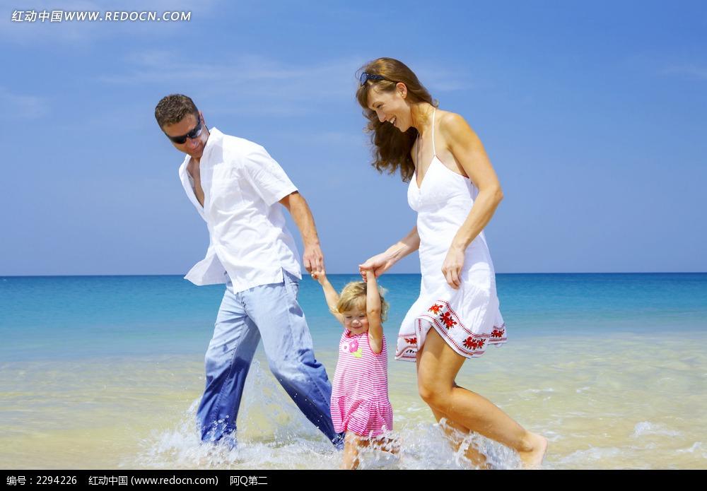 海边一家人 海滩 散步