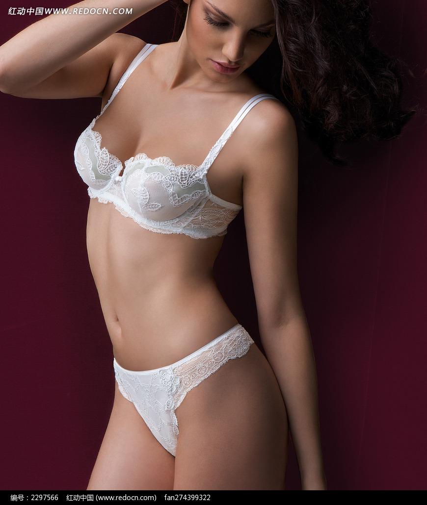穿白内衣低头的外国美女图片