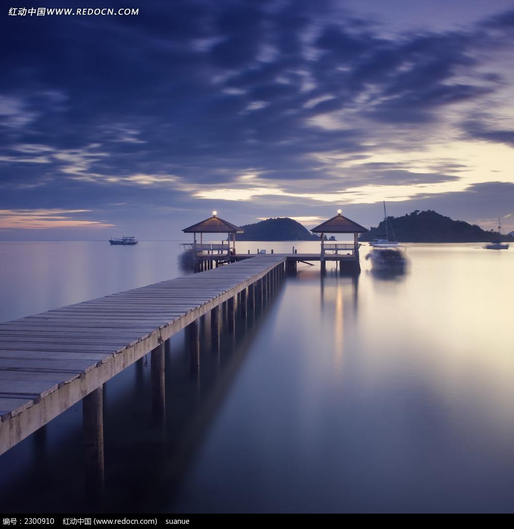 湖岸边的木栈桥和亭子图片