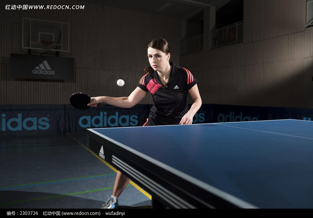 打乒乓球的美女图片
