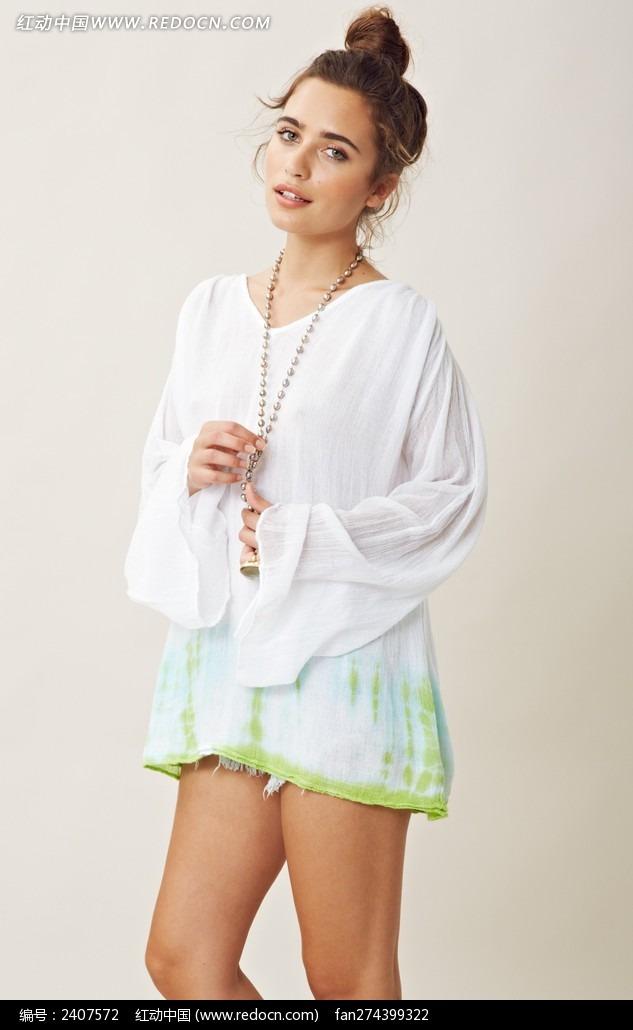 白色上衣的外国美女图片
