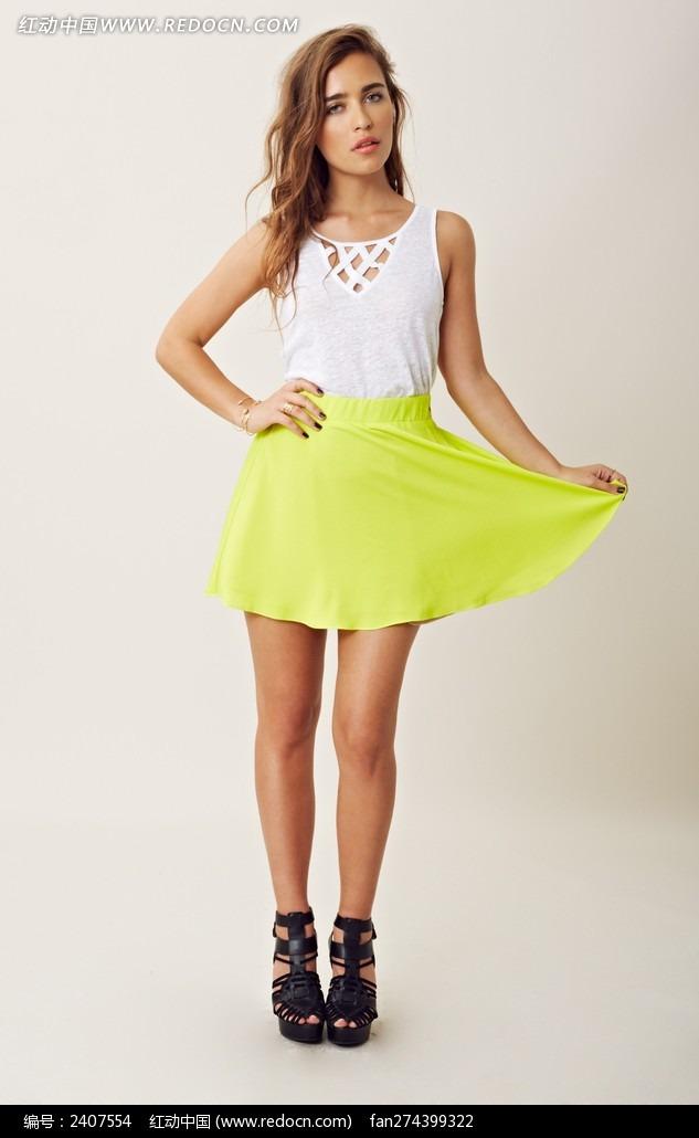 白色上衣绿短裙的外国美女图片