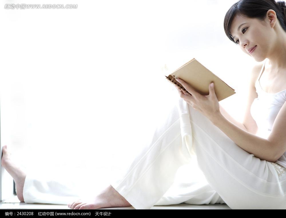 读书的女人图片