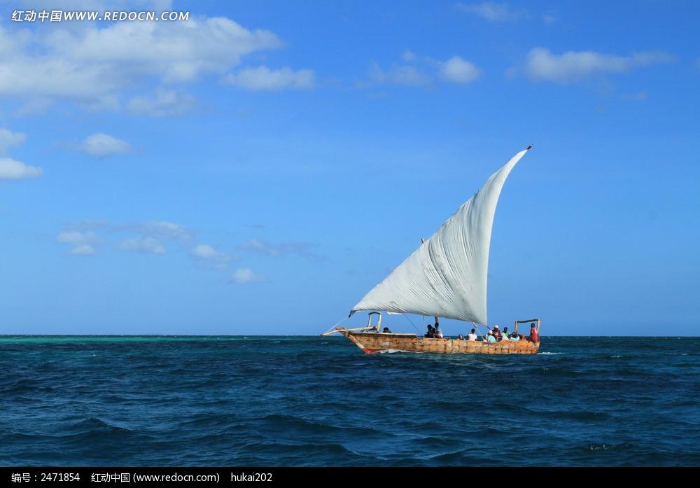 碧海蓝天中的帆船图片