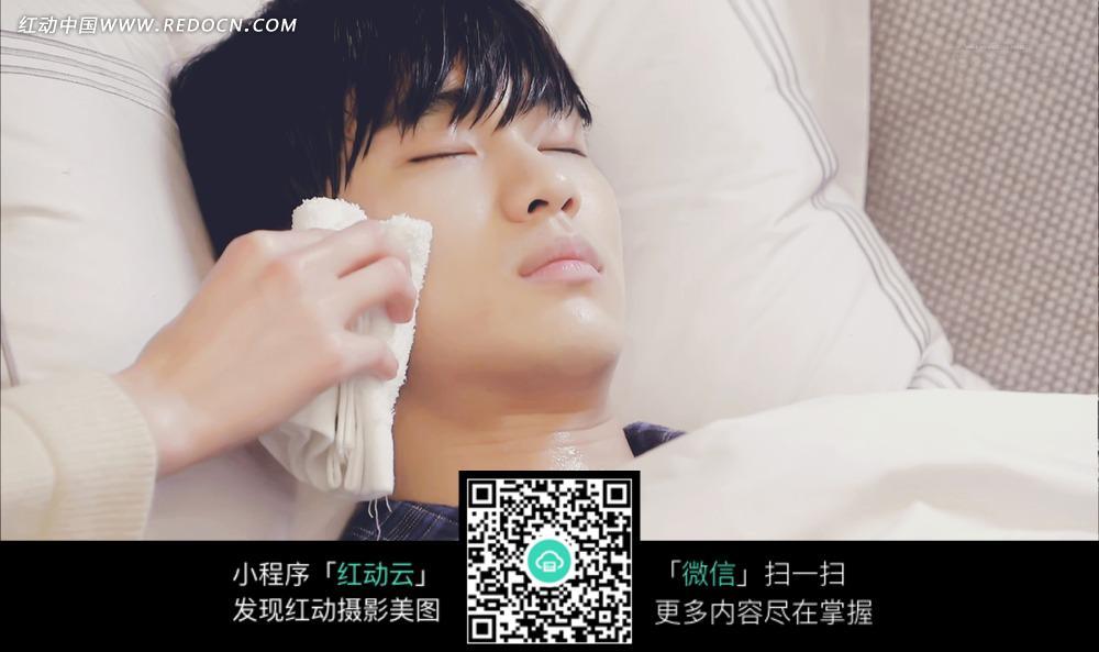生病躺 在 床上 的男子图片