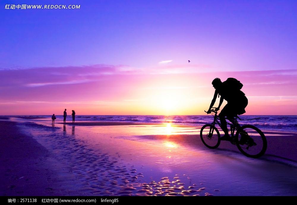 夕阳海边骑单车驴友