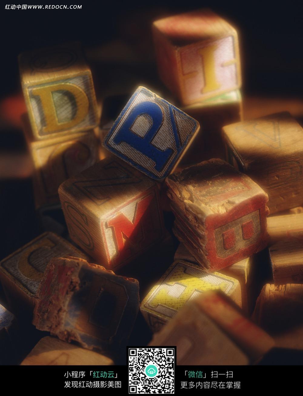 方木块雕刻英文字母