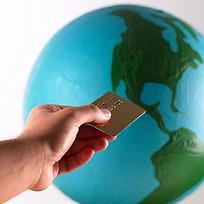 拿着信用卡的手地球图片