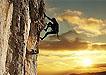 黄昏下的攀岩者