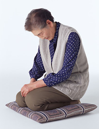 跪着的日本老妇人046