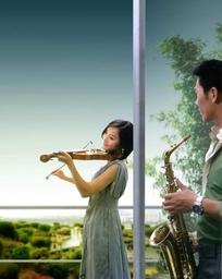 阳台内外拉小提琴和吹管乐的情侣