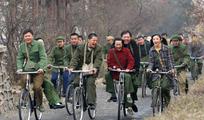 骑自行车的一群60年代知青男女