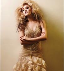 靠着墙上穿金色长裙的国外性感美女
