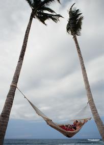 海边躺在吊床上的情侣