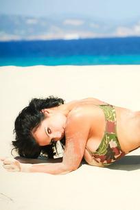 趴在海滩上的丰胸美女