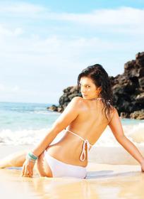 坐在海滩上的性感美女