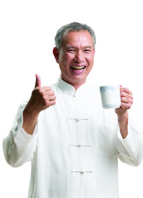 穿白马褂的老年人喝茶