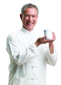 穿白马褂的老年人拿茶杯