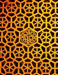 金色镂空雕花窗棂