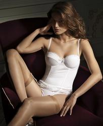 穿着白色内衣肉色丝袜的模特美女