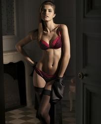 穿着红色内衣黑色丝袜的模特美女