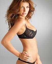 黑色蕾丝花纹内衣的美女模特