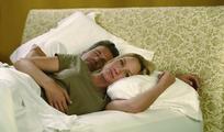 躺在床上睡觉的夫妻