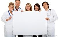 举着白板的外国医生