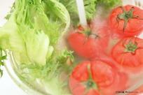 用水冲洗水果和蔬菜