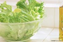 装有新鲜蔬菜的透明玻璃大碗