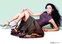 半躺地上的连衣裙少女